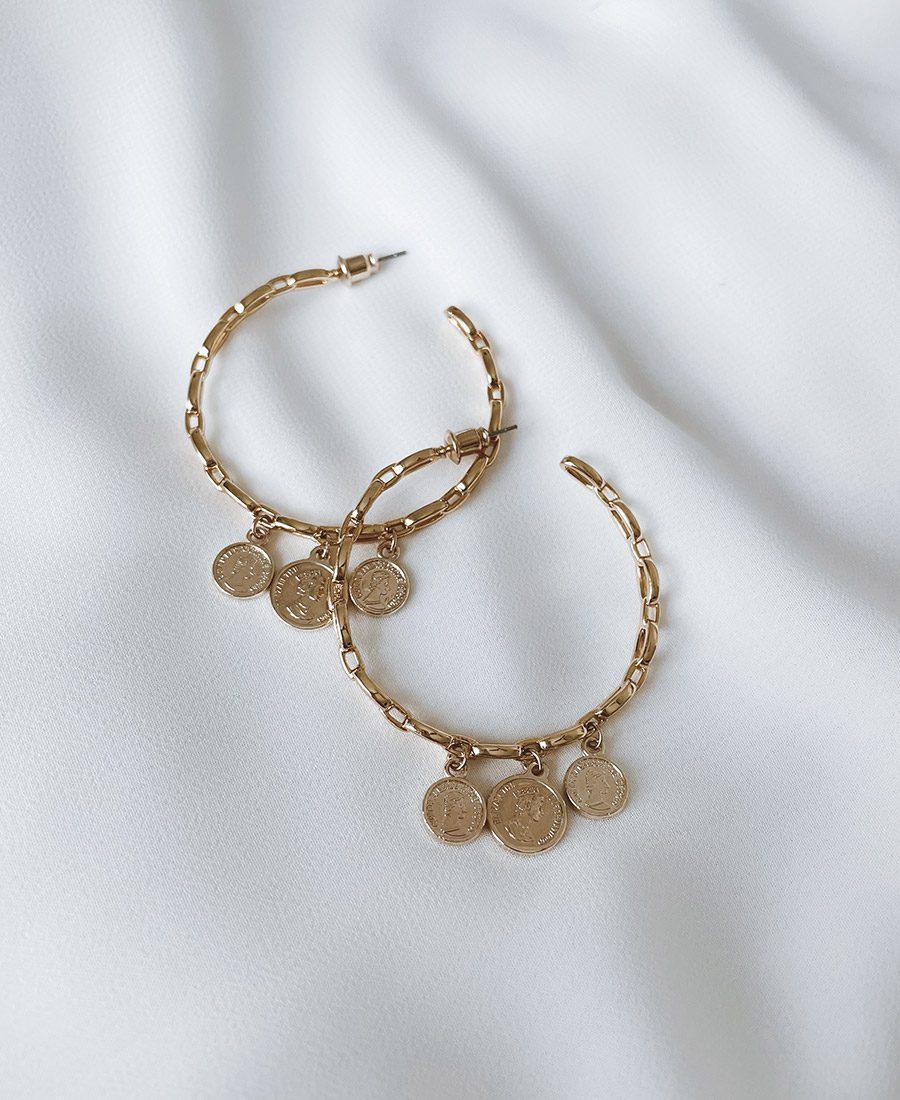 זוג עגילי ג'מפסי עשויים ציפוי זהב ומשלבים מטבעות מצופים זהב
