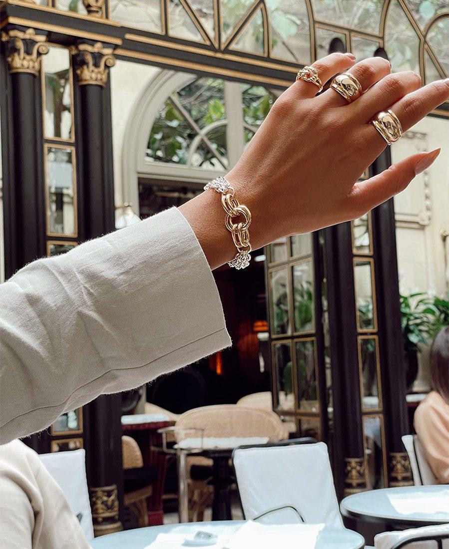צמיד שרלוט מורכב שרשראות מצופות כסף וחישוק מרכזי מצופה זהב