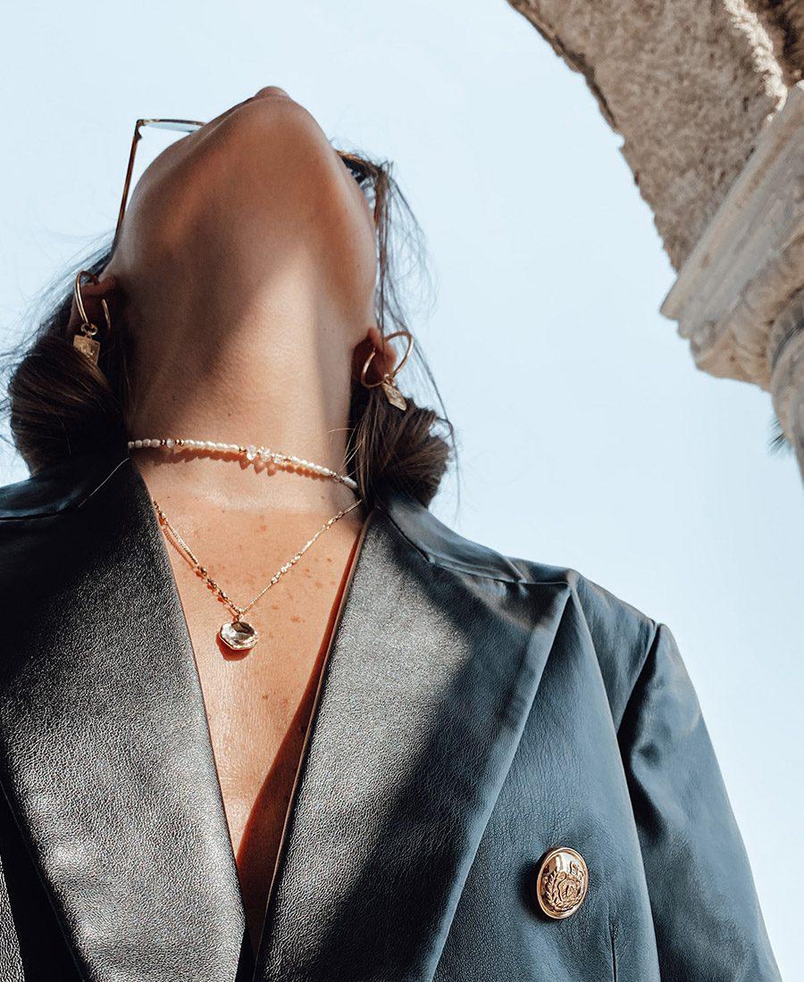 שרשרת קלואי קוורץ - שרשרת קלואי קוורץ עשויה פנינים בשילוב אבני קוורץ.